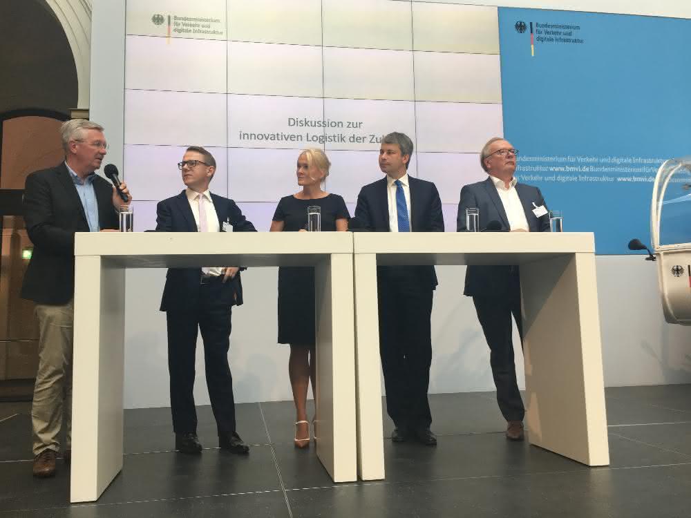 Michael ten Hompel erklärt Verkehrsminister Scheuer die Logistik