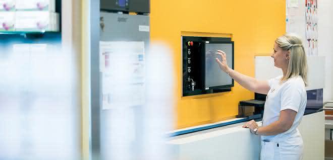 Automatisiert mit Apostore: Roboter Robi sortiert Medikamente