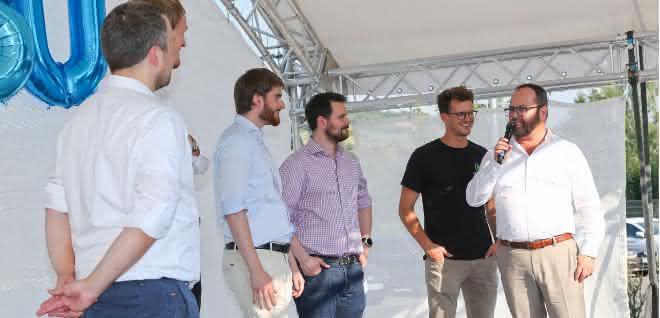 Start-up-Vertreter und Dr. Gunther Wobser (r.) auf einer Bühne