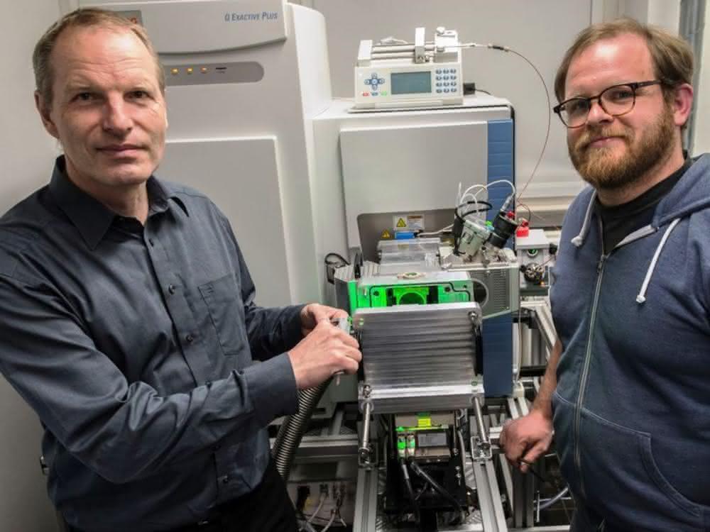 Prof. Klaus Dreisewerd (l.) und Dr. Jens Soltwisch 2017 bei der Installation des von der DFG geförderten Massenspektrometers im Institut für Hygiene