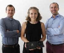Christian Witz (r.) mit seiner Kollegin Laura Schneider und seinem Kollegen Philipp Eibl vom Institut für Prozess- und Partikeltechnik
