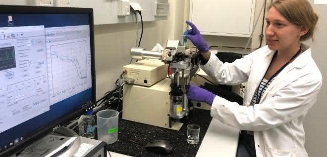 Ko-Erstautorin Lisa-Marie Funk analysiert den Mechanismus eines Proteins mithilfe von speziellen biophysikalischen Methoden.