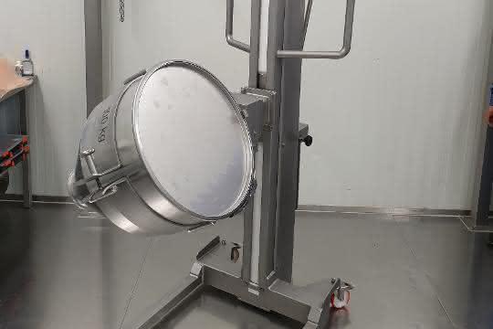 Foto eines Mobillifts mit gekipptem runden Behälter