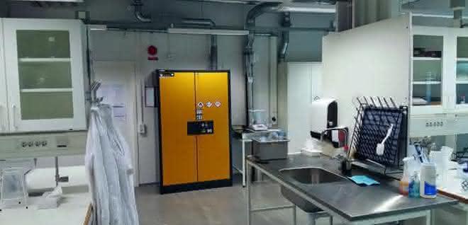 Ein Labor, in dem ein Sicherheitsschrank steht.