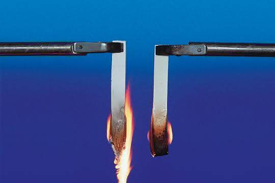 Flammschutz im Versuch – links ohne, rechts mit Flammschutzadditiv.