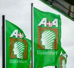 Grüne Fahnen der Messe A + A mit Messelogo