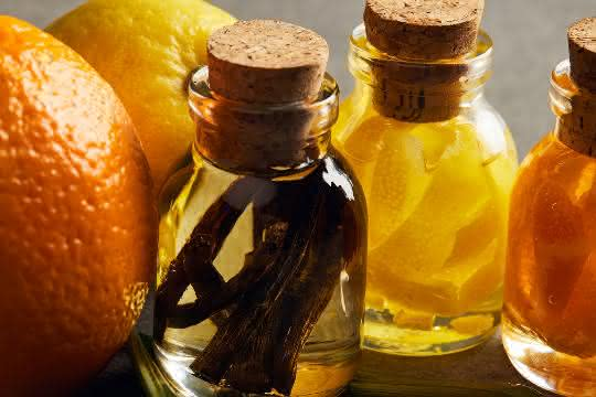 Zitrusfrüchte und Glasfläschchen mit Aromaölen