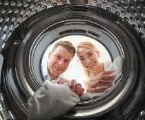 Dr. Dr. Ricarda Schmithausen und Dr. Daniel Exner vom  Universitätsklinikum Bonn vor einer Waschmaschinentrommel
