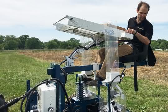 Prof. Dr. Tim Beissinger arbeitet während der Pflanzphase des Experiments auf einem Traktor.