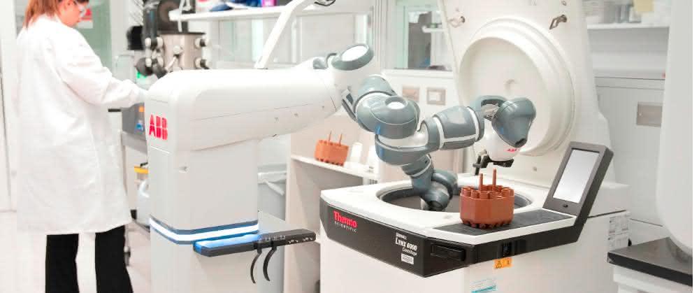 ABBs Konzept des mobilen Laborroboters, der eine Zentrifuge neben menschlichen Mitarbeitern betreut.