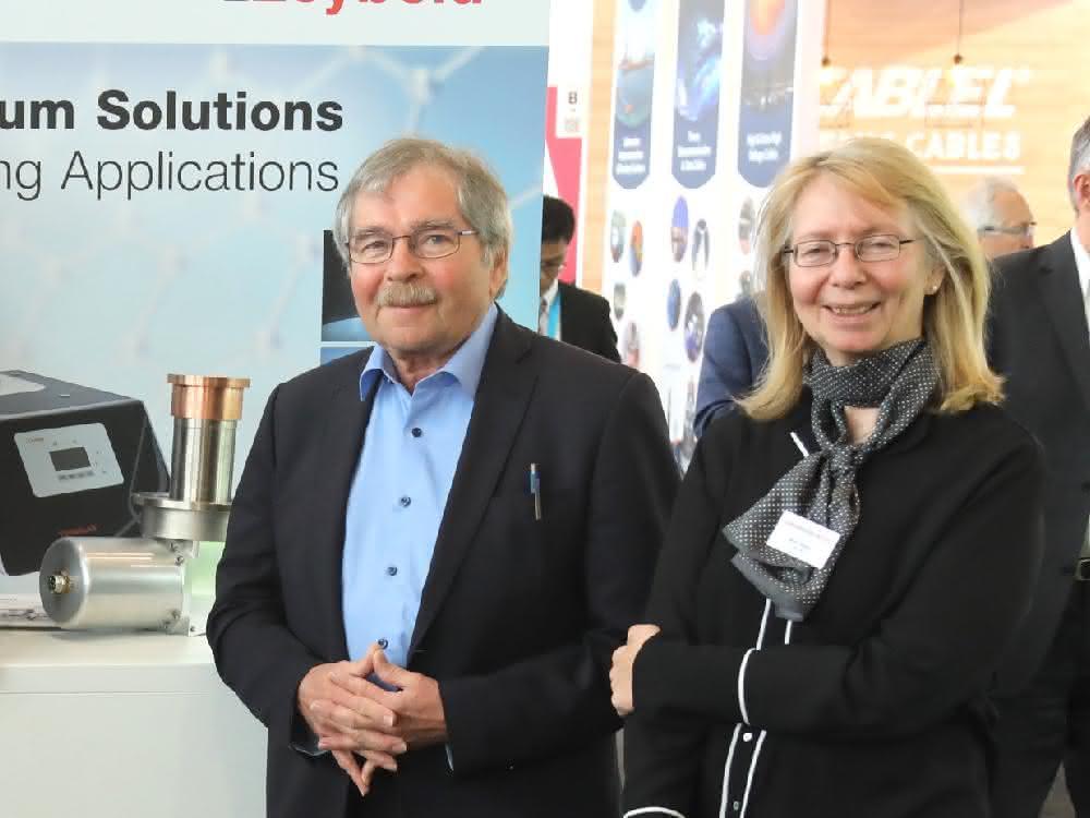 Dr. Johannes Georg Bednorz und Interviewerin Dr. Marlis Sydow, Leybold GmbH, auf dem Forum Superconducting City anlässlich der Hannover Messe 2019.