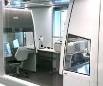 Blick in den Reinraum mit Sicherheitswerkbänken (paarweise Rückwand an Rückwand installiert)