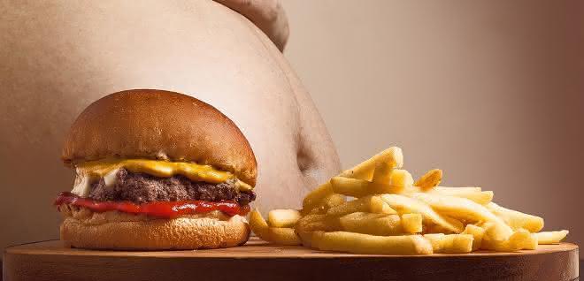 Fettleibiger Mann mit Pommes