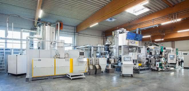 Mit der LSP Technologie verarbeitet die Recyclinganlage rPET Sheet Flakes direkt zu lebensmitteltauglicher Folie.