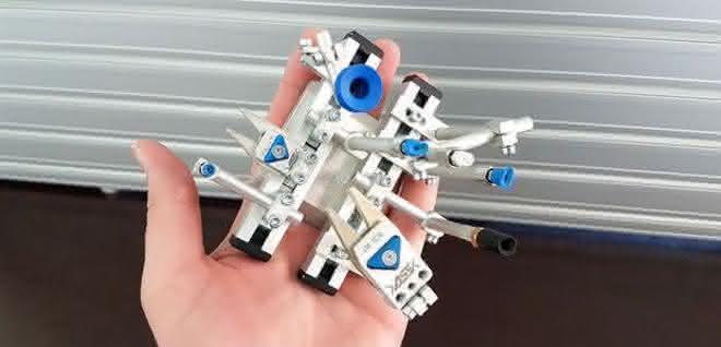 Roboterhand in einer Hand