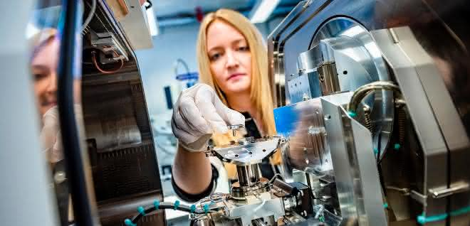 Nadine Ziegler entnimmt die Probe mit den Nanosäulen aus einem Elektronenmikroskop.