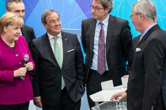 Prof. Michael ten Hompel gibt Kanzlerin Merkel Einblick in die Silicon Economy