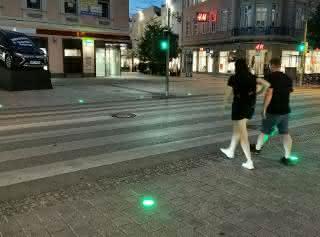 Innovation in der Ringstraße in Wels: Signalbeleuchtungen am Boden sind farblich synchron mit der Ampelschaltung.