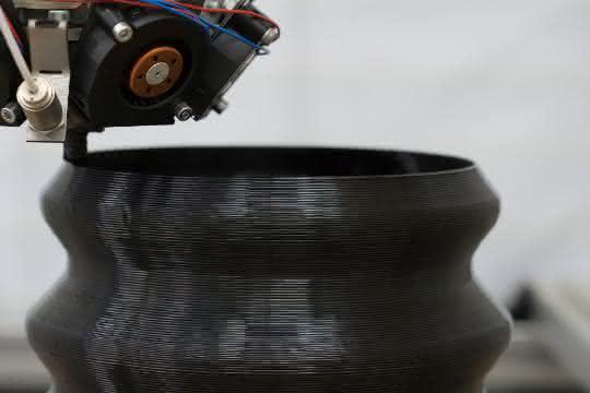 Mittels Granulatextrusion soll die additive Fertigung großvolumiger Kunststoffbauteilen im industriellen Maßstab möglich gemacht werden.