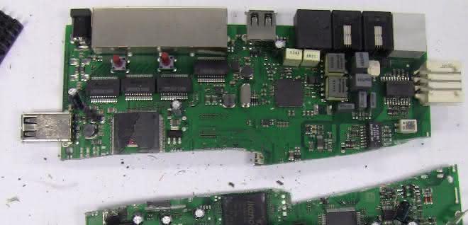 Stücke einer Platine mit elektronischen Bauteilen