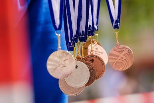 (Sport-)Medaillen an Bändern