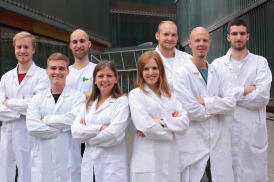 Teambild vor dem IMB Institut in Graz (v.l.n.r.): Nikola Vinko, Alexander Fürlinger, Henrik Seyfried, Denise Hovorka, Vera Wasserbacher, David Schuster, Sebastian Modl und Felix Schweigkofler.