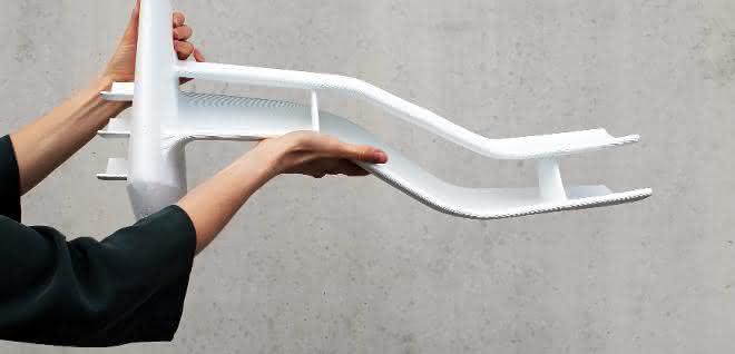 Der mit Granulat arbeitende Großraum-3D-Drucker soll großvolumige Bauteile besonders wirtschaftlich und schnell produzieren. Der Durchmesser der Düse lässt sich während des Druckens variieren.