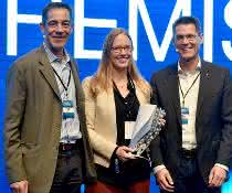 "Gewinnerin Dr. Kimberly See mit Dr. Axel Heinrich, Leiter Volkswagen Group Innovation, und Dr. Detlef Kratz, Leiter des BASF-Forschungsbereichs ""Process Research and Chemical Engineering"""