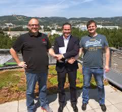 Mario Haidlmair (Mitte) mit den Geschäftsführern von Dataformers Thomas Gratz (links) und Wilfried Mausz nach der Vertragsunterzeichnung.