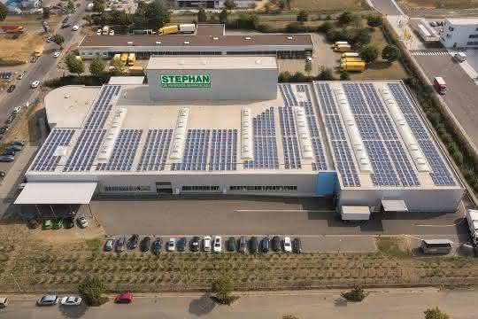 Solaranlage auf dem Dach der Produktionshalle