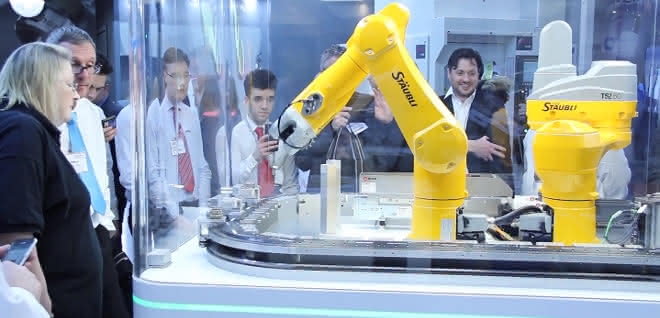 Demozelle mit Stäubli-Roboter