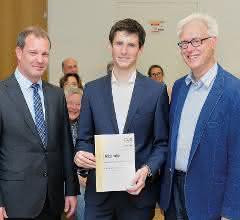 Daniel Sälzer, Mitglied der Geschäftsleitung Pfeiffer Vacuum und Professor Dr. Karlheinz Langanke, Forschungsdirektor von FAIR und GSI, übergeben den Doktorandenpreis an Dr. Kristian König.