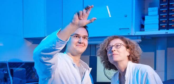 Tobias Claff und Prof. Dr. Christa Müller von der Universität Bonn betrachten einen Glasträger, auf dem sich die Opioid-Rezeptor-Kristalle bilden.
