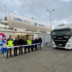 Bis zu 120 Lkw täglich betankbar: Neue LNG-Tankstelle in Rostock