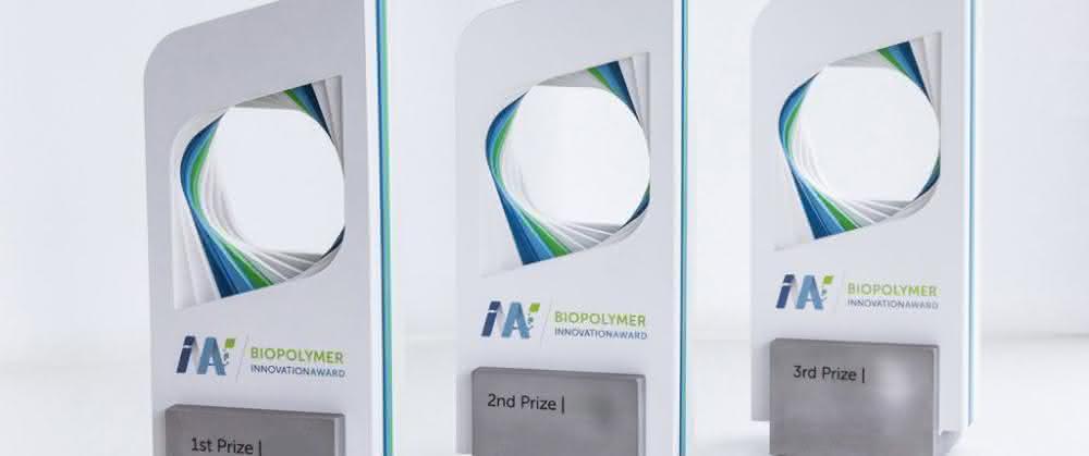 Biopolymer Innovation Award: Die Trophäen bestehen aus bioabbaubarem Material.