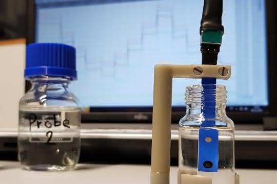 Glasflaschen mit Wasserproben und Sensor