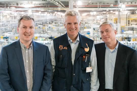 Gemeinsam wollen Steve Mahon, Geschäftsführer Mura Technology (links), Oliver Borek, Geschäftsführer Mura Europa (rechts), und Frank Blase, Geschäftsführer Igus, Kunststoffe recyceln und ihnen einen neuen Lebenszyklus geben.