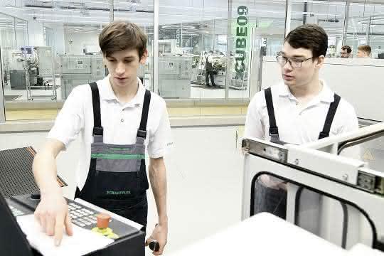 Die Auszubildenden zum Industriemechaniker an einer CNC-Fräsmaschine.