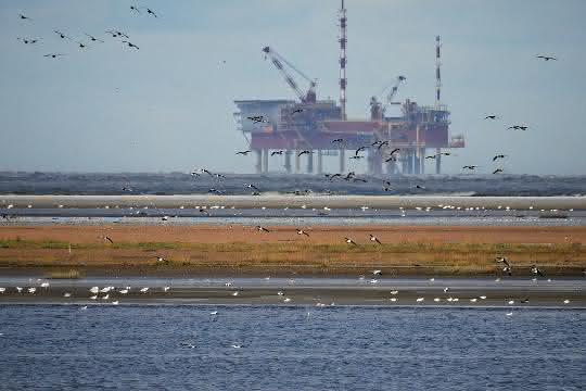 Ölförderplattform im Meer