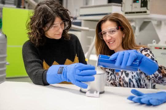 Laura Galazzo und Enrica Bordignon im Labor