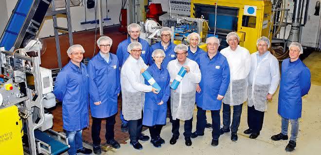 Mitarbeiter des Folienherstellers RKW freuen sich über die neuen Produktionsanlagen in Echte.