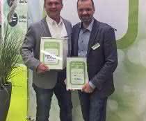 Geschäftsführer Tobias Heberlein und CSO Christian Sauer bei der Preisverleihung.