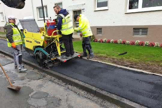 Straßenbau: Mini-Fertiger: Asphalteinbau auf schmalen Wegen