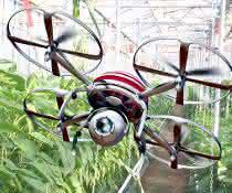 Drohne fliegt durch ein Gewächshaus