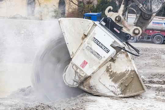 Schneidrad von KEMROC durchtrennt Betonbodenplatte