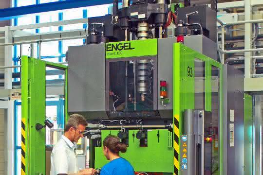 Blick in die Produktion mit der neuen Vertikal-Spritzgießmaschine mit Rundteller.