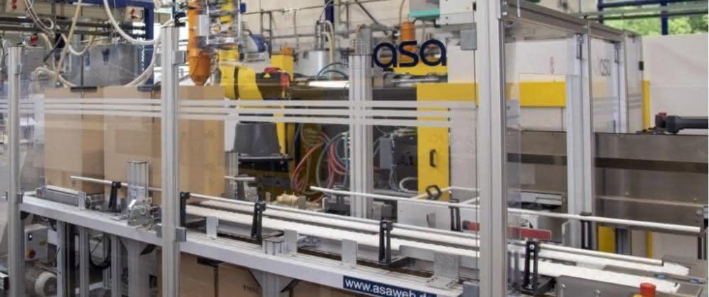 Die Produktionszelle umfasst vollelektrische Spritzgießmaschine, 6-Achs-Roboter, Prüftechnik mit Bildverarbeitung, Etikettierung und weitere Fördertechnik.