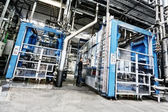 In der hochautomatisierten Produktion entstehen geschäumte Bauteile unter anderem für die Automobilindustrie sowie für eine Reihe weiterer Branchen.