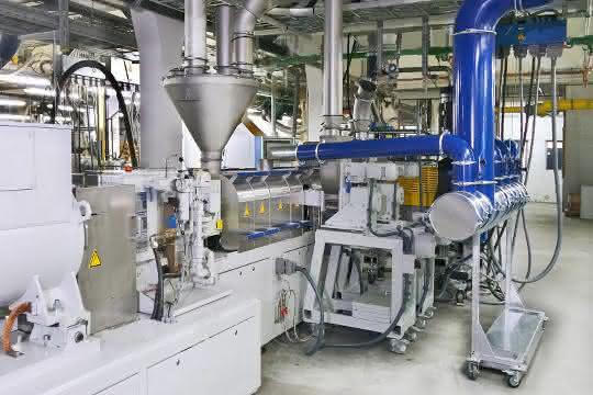 Zwei Seitendosierungen am Doppelschneckenextruder. Ein Plastex Entgasungssystem sorgt für eine Volumenreduzierung bei der Füllstoffzufuhr.