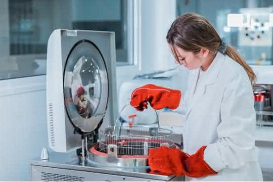 Labormitarbeiterin bei der Arbeit